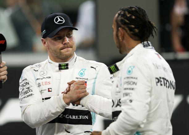 Valtteri Bottaksen ja Lewis Hamiltonin valkoiset ajohaalarit vaihtuvat mustiin.