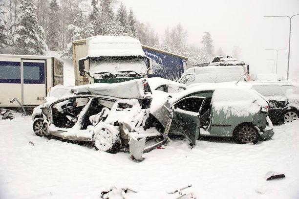 Vuonna 2012 Lahdenväylällä tapahtui yli sadan auton ketjukolari erittäin lumisessa kelissä.