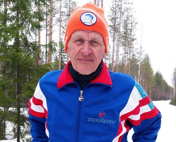 Pertti Jalkasen ennätys on 8 003 hiihtokilometriä yhteen kauteen.