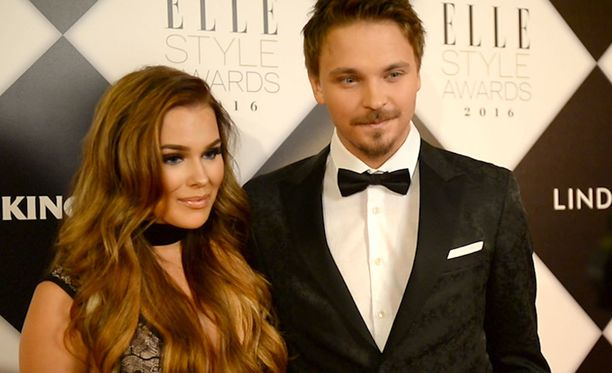 Sara Sieppi ja Roope Salmine juhlivat Elle Awardseissa.