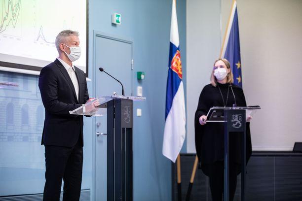 THL:n ylilääkäri Taneli Puumalainen on mukana THL:n ja STM:n torstaisessa tiedotustilaisuudessa.