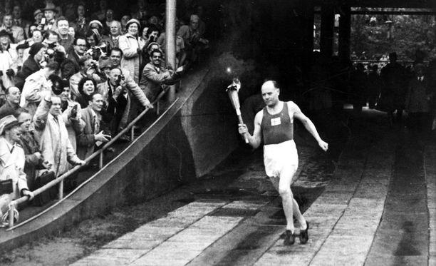 Paavo Nurmen saapuminen soihtuineen hullaannutti olympiakansan.