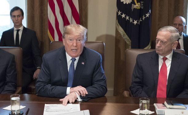 Jared Kushner (kuvassa takana vasemmalla) on yksi presidentti Donald Trumpin luottomiehistä.