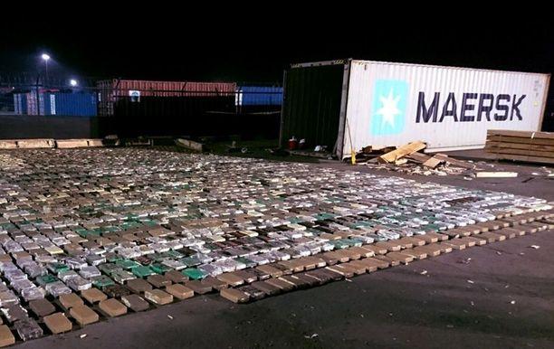Toisinaan huumeet saadaan pysäytettyä jo alkuperämaassa. Kuvassa Kolumbian poliisin lokakuun lopulla takavarikoima yli 2,4 tonnin kokaiinilasti. Aineet oli määrä kuljettaa Algecirasiin.