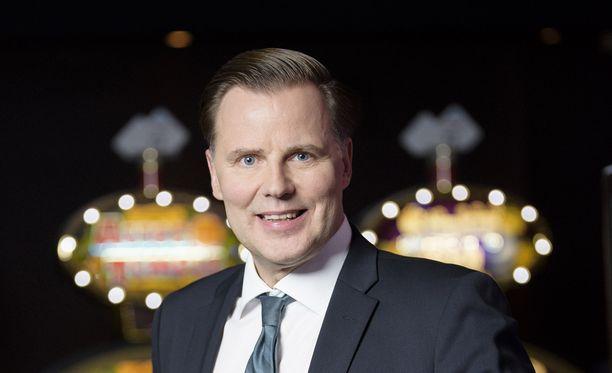 Toimitusjohtaja Olli Sarekoski lahjoitti ensitöikseen Veikkauksen työntekijöille pipot.