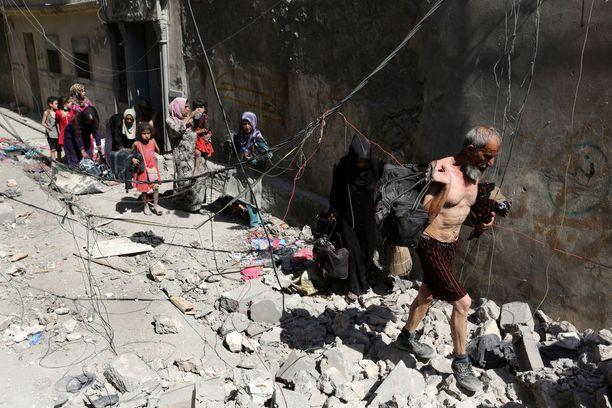 Nälkiintyneet ja nääntyneet siviilit pakenivat Isisiä Länsi-Mosulista vielä viime viikon lopulla.