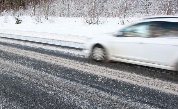 Suomalaisista 30 prosenttia ei hyväksy ylinopeuden ajamista missään olosuhteissa. Kuvituskuva.