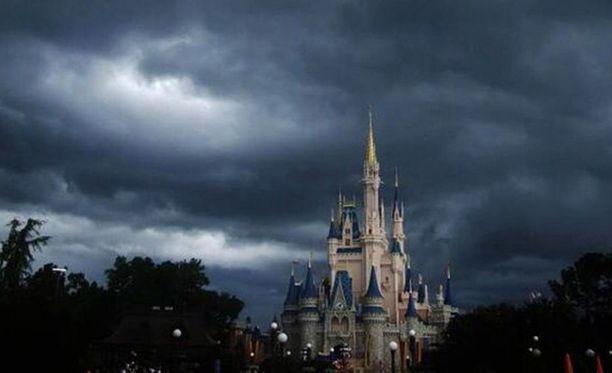 Kuuluisa Tuhkimon linna oli näin synkän näköinen, kun hurrikaani Matthew iski Orlandoon.