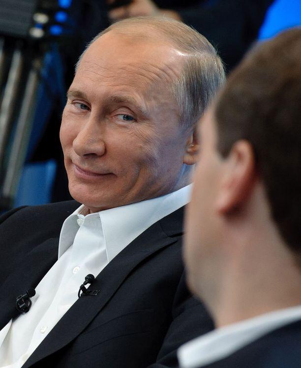 Vuonna 2011 Putin esiintyi mediassa harvinaisen vahanukkemaisen näköisenä. Kuvat herättivät spekulaation kauneuskirurgiasta.