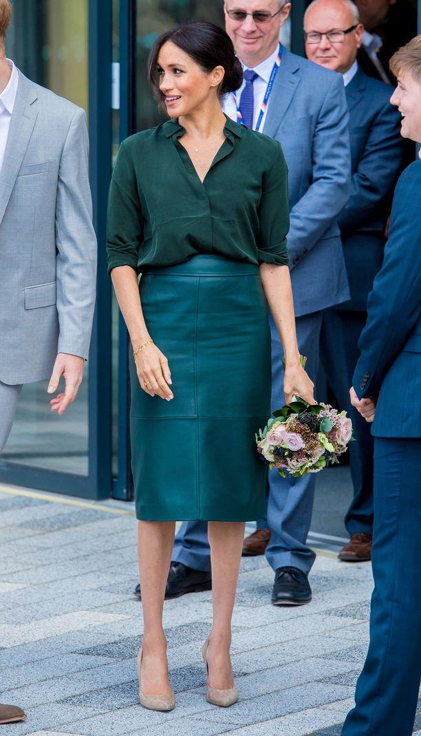 Meghan vieraili Sussexissa 3. lokakuuta. Vihreä nahkahame taisi hämätä lehdistöä - kuka nyt valitsisi kapean nahkahameen jos ei halua huomiota vatsan seudulle?