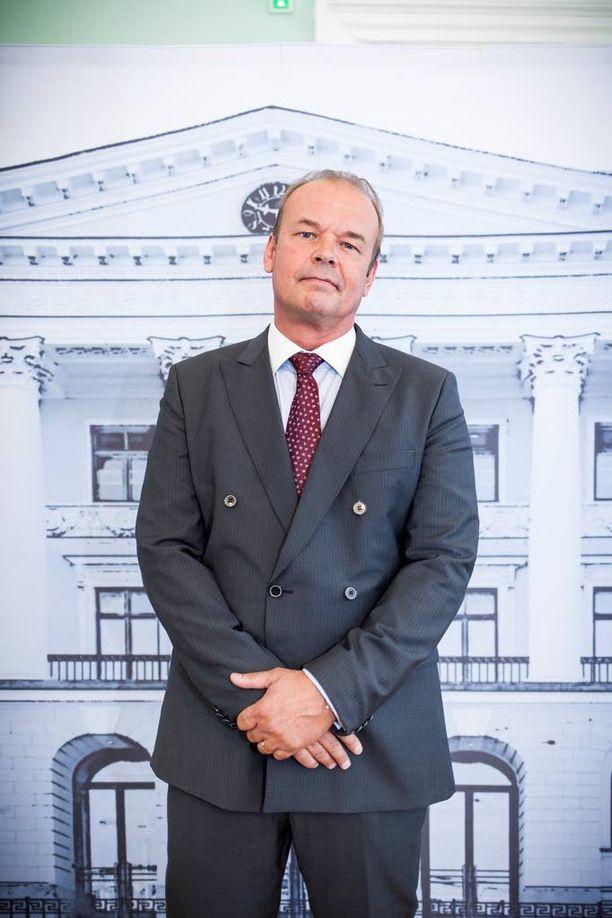 Mats Långbacka esittää ulkoministeri Erik Bergholmia. - Hän on omasta mielestään kokenut kettu, mutta ei ehkä niin ovela kuin luulee olevansa.