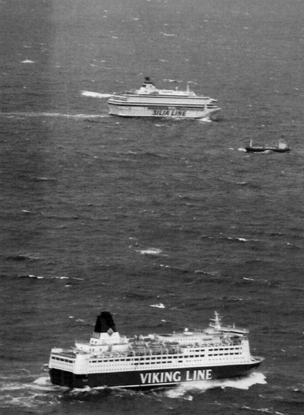 Viking Linen Mariella (etualalalla) ja Silja Europa osallistuivat pelastusoperaatioon.