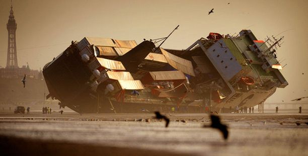Kovia kokenut alus makaa rantahietikolla.