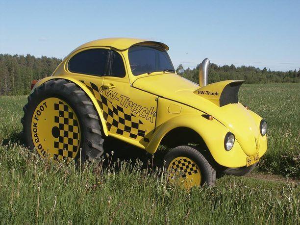 Traktori sai Kuplan korin. Takana isot traktorin pyörät ja edessä Kuplan kiekot.