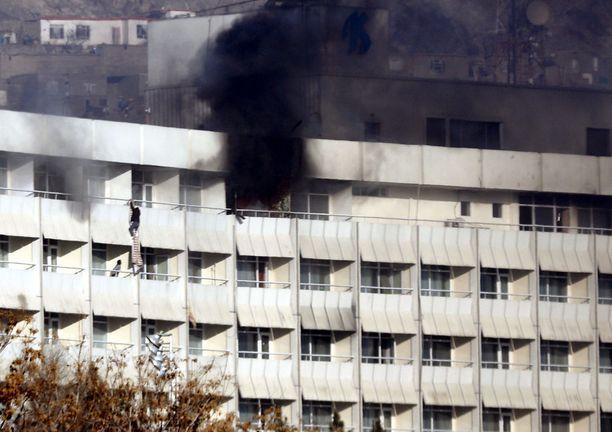 Ihmiset yrittivät paeta palavasta hotellista huoneidensa parvekkeiden kautta.