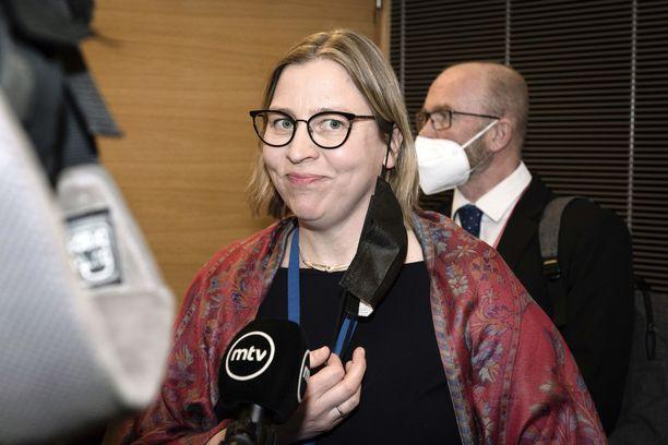 Tytti Yli-Viikari saapui eduskunnan kansliatoimikunnan kuultavaksi huhtikuussa.