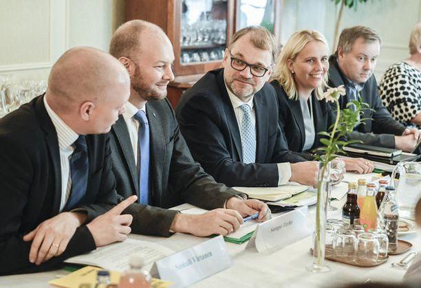 Hallitus väänsi ensi vuoden budjetin kasaan Kesärannassa. Keskellä pääministeri Juha Sipilä.