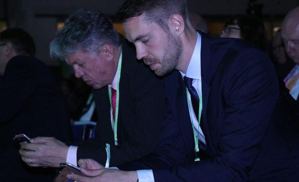 Jouni Ovaska (oikealla) keskustan kesällä 2016 keskustan puoluekokouksessa, jossa hänet valittiin puoluesihteeri. Vierellä silloinen perhe- ja peruspalveluministeri Juha Rehula.