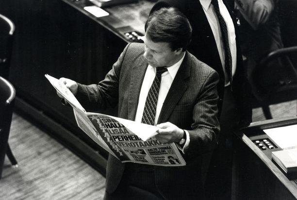 Ministeri Ilkka Kanerva lukee Iltalehteä eduskunnassa lokakuussa 1987.