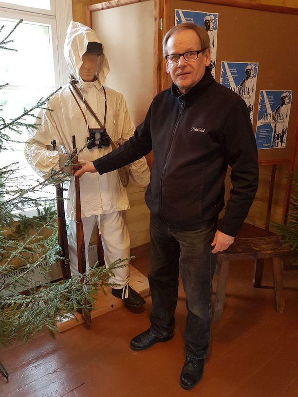 Kollaa-museon johtaja Reijo Sinkkonen ja talvisodan malliin puettu sotilasnukke.