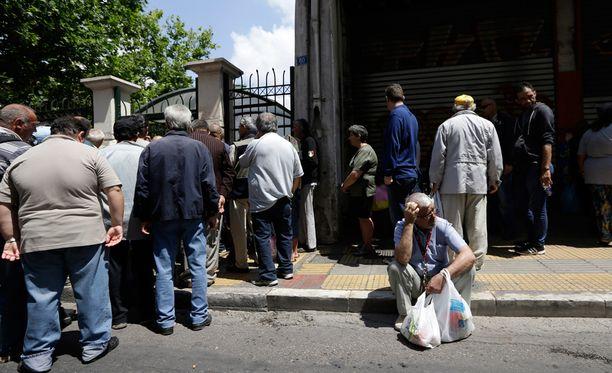 Kreikan heikko taloustilanne vaikuttaa kansalaisten arkeen. Ateenalaiset odottelivat tiistaina ruokajakelupisteen aukeamista.