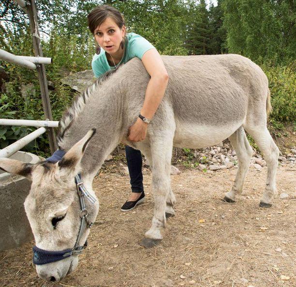 Kingo-aasi on Olgan ja vierailijoiden suosikki paikan eläimistä.