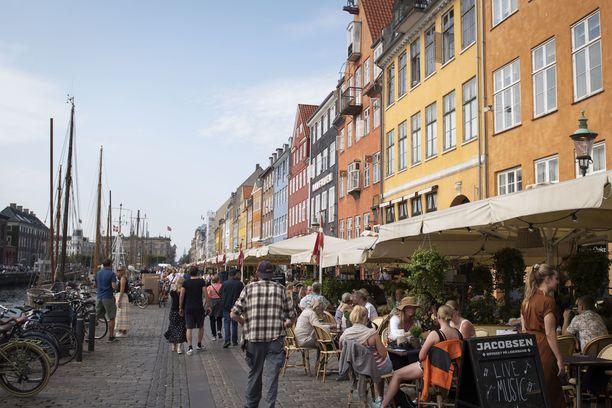 Jo alkuiltapäivästä monet Kööpenhaminan Nyhavnin terassit olivat täynnä ihmisiä. Koska musiikkia saa soittaa vaikka 50 000 ihmiselle, myös livekeikoista on mainoksia.