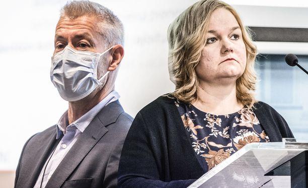 Tiedotustilaisuudessa olivat puhumassa ovat muiden muassa STM:n Taneli Puumalainen sekä perhe- ja peruspalveluministeri Krista Kiuru (sd).