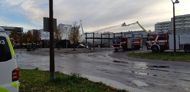 Mukkulan ostoskeskuksen palo on saatu rajattua syttymisalueelle, mutta raivaustyöt kestävät iltapäivään asti.
