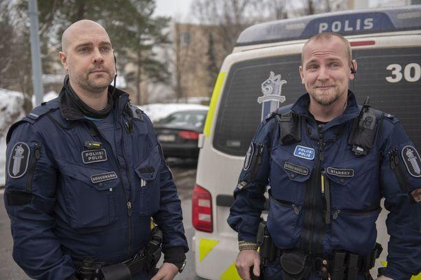 Vanhemmat konstaapelit Anders Södermann (vas.) ja Sebastian Söderholm ovat tottuneet tekemään töitä jouluna.
