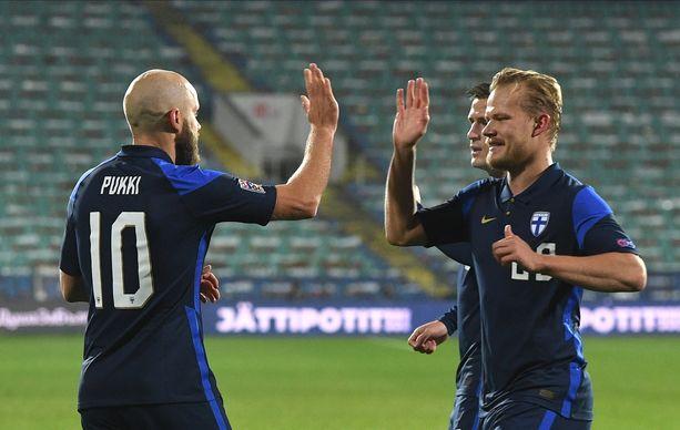 Teemu Pukki ja Joel Pohjanpalo juhlivat Bulgarian verkkoon tehtyä maalia sinisissä peliasuissa marraskuussa.