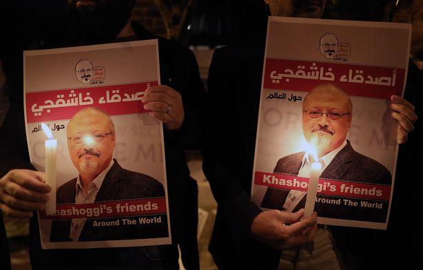 """Turkin Istanbulin-konsulaatin edustalla osoitettiin pitkään mieltä Khashoggin puolesta ja Saudi-Arabia väitti aluksi, ettei se tiennyt """"katoamisesta"""" mitään. YK:n erikoistutkinnan mukaan murha oli valtion masinoima."""