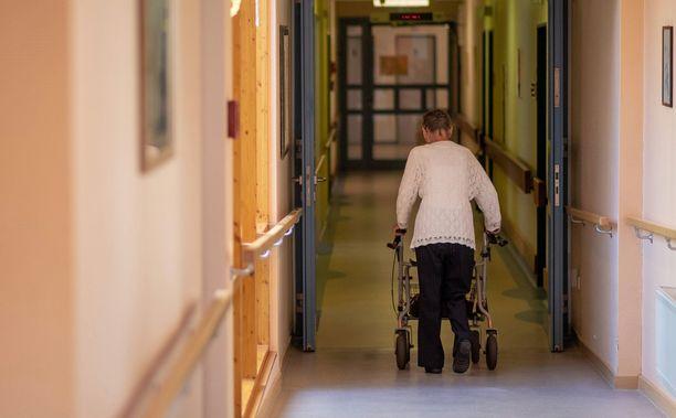 Hengenvaarallisesti aliravittu vanhus päätyi sairaalahoitoon. Kuvituskuva.