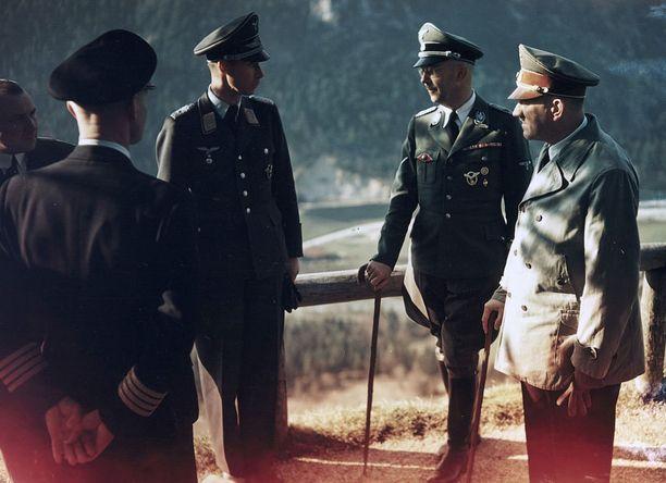 Obersalzburgissa sijaitsi kansallissosialistien toinen hallintopaikka. Kuvassa Martin Bormann, Nicolaus von Below, Heinrich Himmler ja Adolf Hitler.