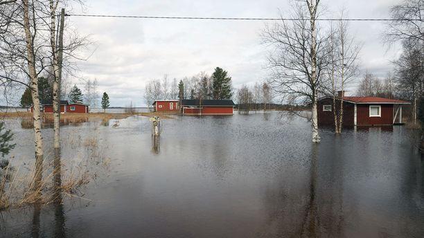 Kuvatekstit: Kuortaneella sadat mökit ovat kastumisvaarassa ja moni mökki sekä rantarakennus on jo kastunut.