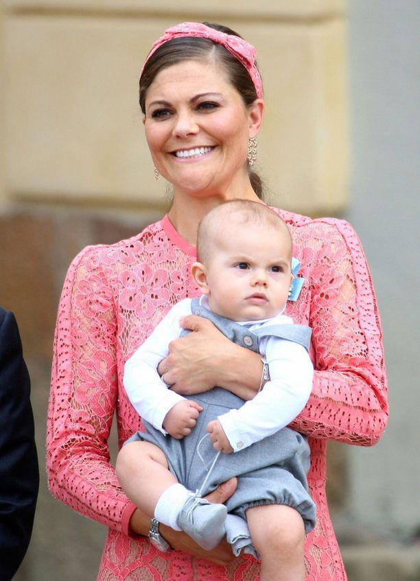 Kruununprinsessa Victoria piti koko kastejuhlan huolta tomerasta Oscarista, Estelle oli puolestaan prinssi Danielin vastuulla.