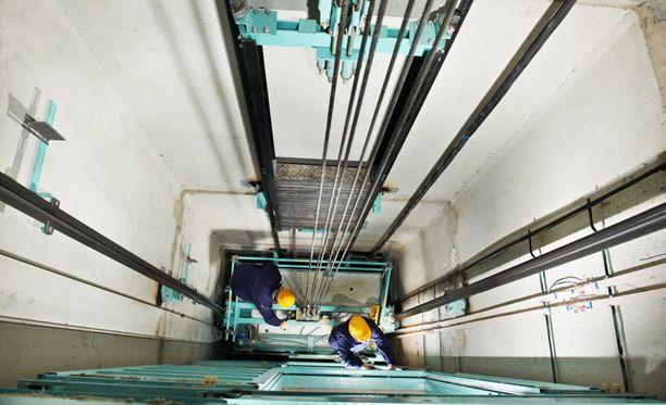 Asentajat työskentelivät hissin katolla, kun onnettomuus tapahtui. Kuva ei liity tapaukseen.