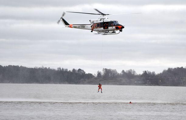 Meripelastustehtävä tuli pelastuslaitokselle ennen puoltapäivää. Kuvituskuvassa Rajavartiolaitoksen pelastushelikopteri.