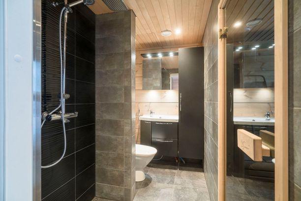 Rantasaunan suihkutilassa on leikitty kahdella erilaisella laatalla.