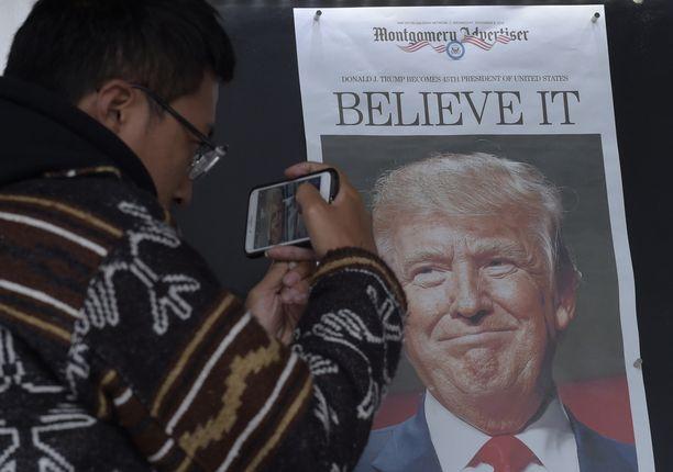 Kiinalainen Zheng Gao valokuvasi Trump-etusivuja viime viikolla Washingtonissa.
