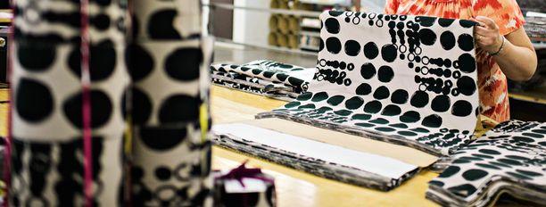 Nokialla sijaitsevalla tehtaalla valmistetaan Nanson perinteistä kuosia olevia vaatteita.