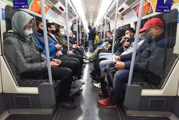 Lontoon metrossa riitti ruuhkaa tiistaiaamuna. Kaikki kaupungin alueet on jälleen julistettu korkean koronariskin alueiksi.