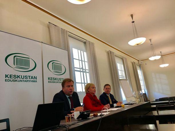 """Markus Lohen (oik.) mukaan kotoutumisen onnistumisesta kertoo, jos on työllistynyt """"täällä olevien työelämän pelisääntöjen mukaisesti"""". Antti Kaikkonen (vas.) muistuttaa, että kyse on keskustan eduskuntaryhmän pohdinnoista. Keskellä Elsi Katainen."""