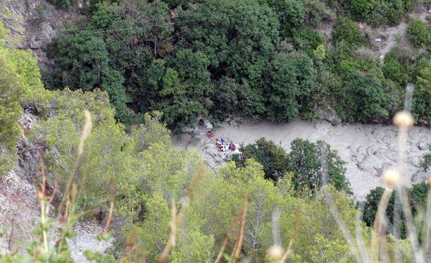 Kuvassa pelastustyöntekijöitä Calabrian Civitassa Etelä-Italiassa maanantaina 20 elokuuta. Tulva sai alkunsa rankasta vesisateesta, kertoo Reuters.