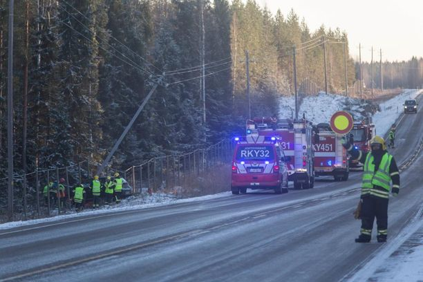 Pelastuslaitos ohjasi liikennettä onnettomuuspaikalla.