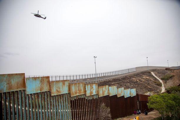 Yhdysvaltojen ja Meksikon välisellä rajalla on jo nyt pitkät pätkät aitaa.
