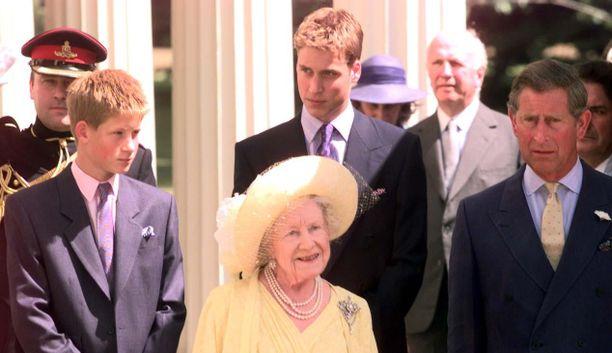 Kuningataräiti prinssien Harry, William ja Charles kanssa vuonna 1999.