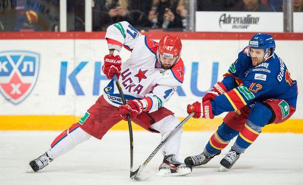 Aleksander Radulov (vas.) lukeutuu KHL:n suurimpiin supertähtiin.