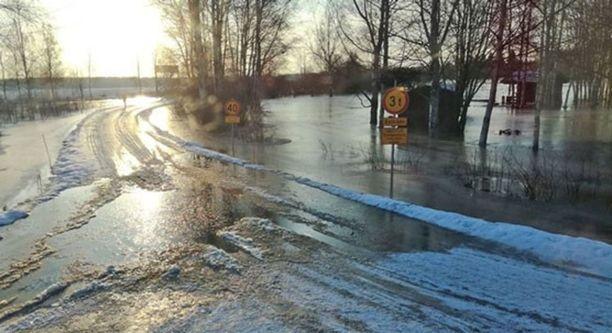 Satakunnan pelastuslaitos on kuvannut tulvia.