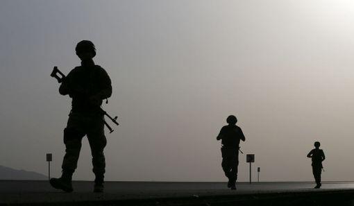 Turkkilaissotilaan partioivat Turkin ja Irakin välisellä rajalla maanantaina.